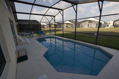 Zwembad in de achtertuin van onze villa