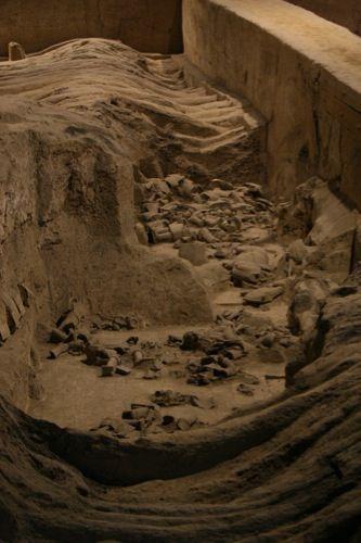 Een opgraving - alle delen van een beeld liggen verspreid