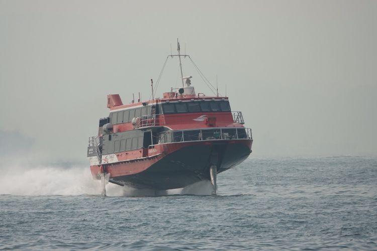 De ferry's in Hong Kong varen erg hard