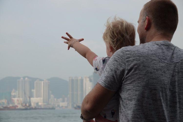 Fabienne zwaait naar de ferry's in Hong Kong
