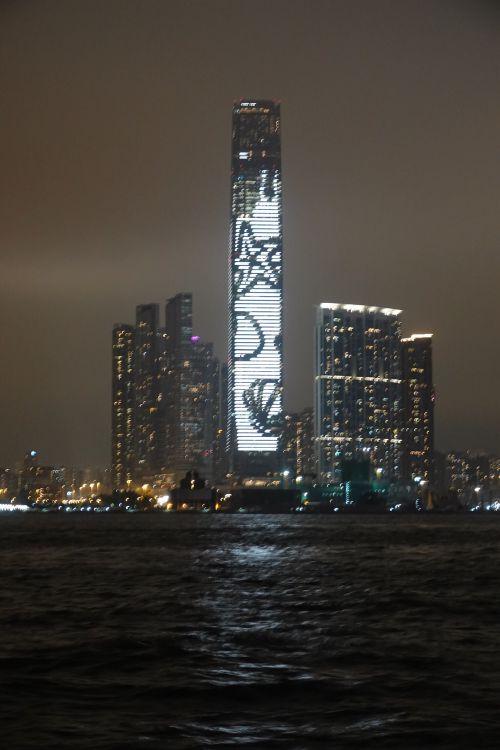 's-avonds is er elk kwartier een lichtshow op de hoogste toren van Hong Kong