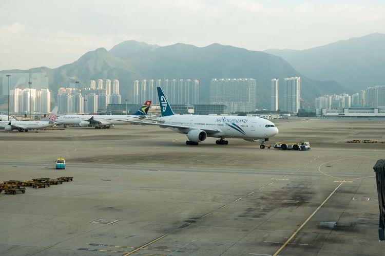 Ons vliegtuig van Air New Zealand naar Auckland komt aangereden bij Hong Kong Airport
