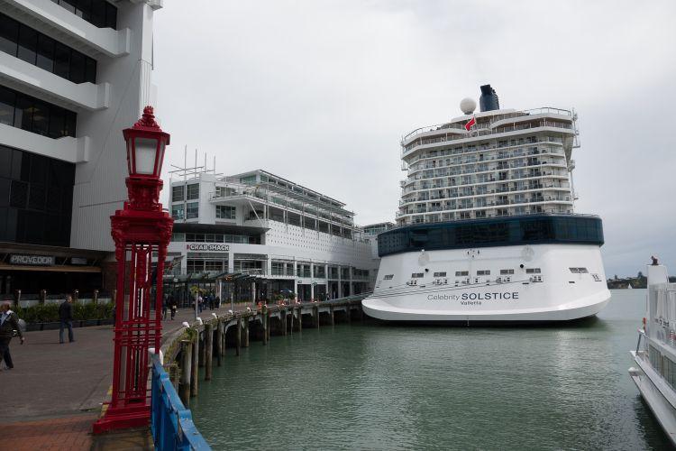 Een cruiseschip dat aangemeerd lag in Auckland