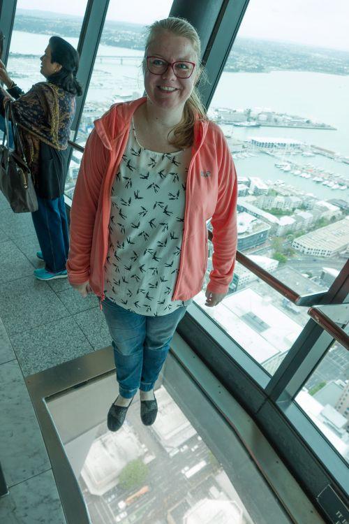Angelica op een glazen vloer in de Sky Tower van Auckland