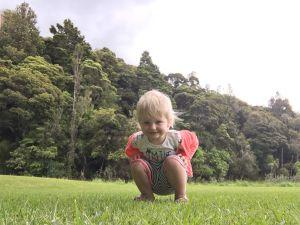 Fabienne in het gras Kuari Coast