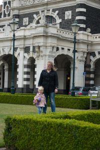 Fabiënne en Angelica bij Station