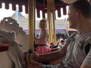 Fabienne op het grootste paard van de carousel