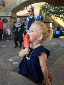 Fabienne haar favoriete ijsje in Disney (aardbei)