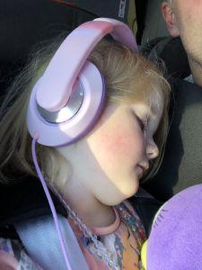 Fabiënne slaapt in het vliegtuig
