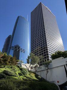 Wolkenkrabbers naast een parkeergarage in LA