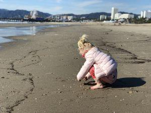 Fabiënne speelt op Santa Monica beach