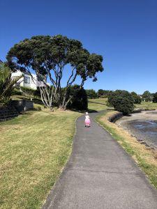 Fabienne langs baai in Auckland