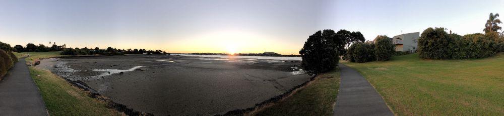Ondergaande zon boven baai in Auckland