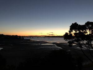 Avondschemer boven de baai in Auckland