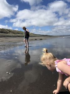 Schelpen zoeken op Kawhia beach