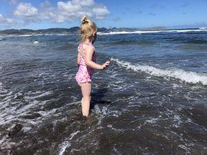 In de golven springen