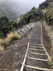 Houten trappen, treden gevuld met zand en steen