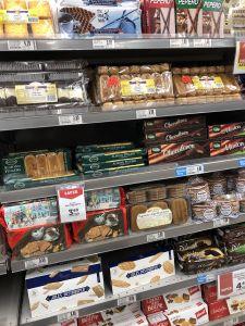 Schap met nederlandse producten in supermarkt