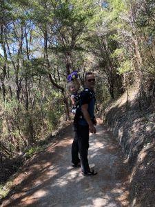 Fabienne op pappa zijn rug
