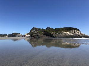 Mooie spiegeling Wharariki Beach
