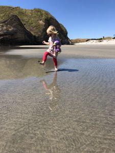 Fabienne speelt met modder
