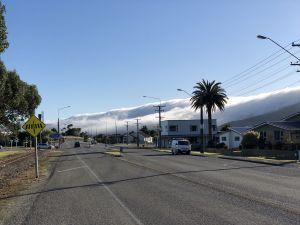 Wolken tegen bergen in Greymouth