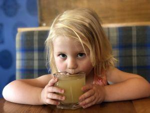 Fabiënne haar favoriete drankje, appelsap