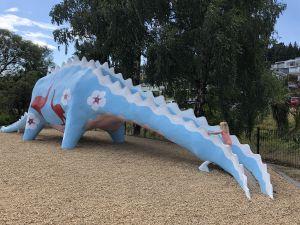 Dinosaurus glijbaan in speeltuin Wanaka