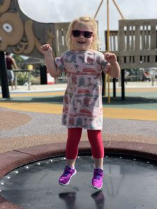 Fabienne op trampoline bij Brighton Pier