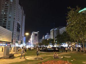 Plein in Dubai achter ons hotel