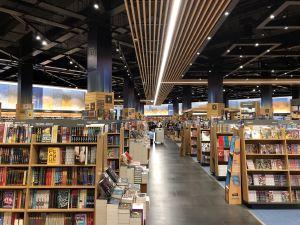 Enorme boekenwinkel Kinokinuya Dubai Mall