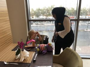 Fabienne en haar 'grote vriendin' Vani tijdens het ontbijt in hotel Best Western Pearl Creek