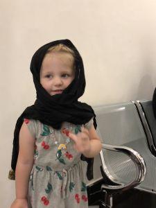Fabienne probeert hoofddoek