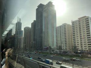 Willekeurige straat vanuit metro Dubai
