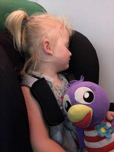 Fabiënne slaapt in vliegtuig terug naar huis